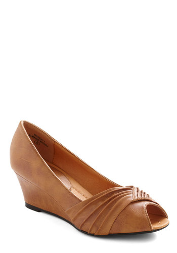 Aim to Pleats Wedge - Brown, Solid, Work, Ruching, Vintage Inspired