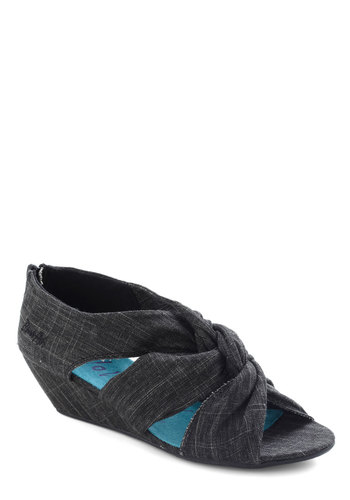 Early Arrival Wedge in Black