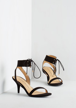 Synchronized Strutting Heel in Noir