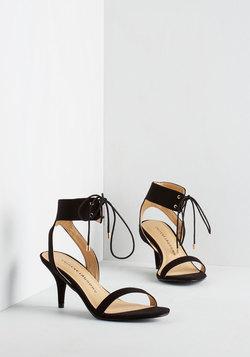 Synchronized Strutting Heel in Noir