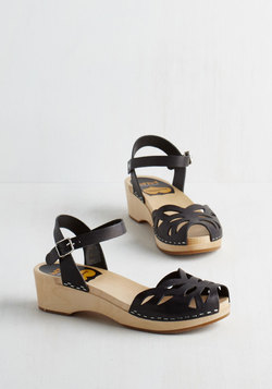 Butterfly Enclosure Wedge in Black