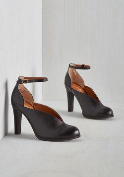 Flute Heel in Black
