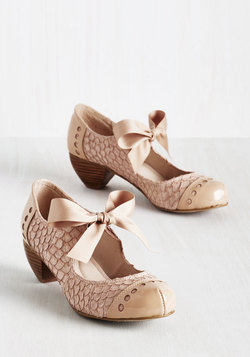 Bow'n Places Heel in Beige