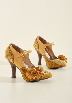 Statement Arrangement Mary Jane Heel in Honey
